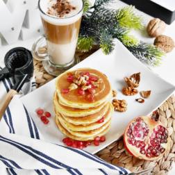 Osładzacze zimy: puszyste pancakes z miodem, orzechami i granatem