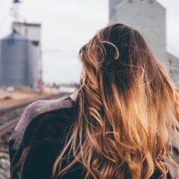 Jak dbać o włosy, żeby były lśniące?